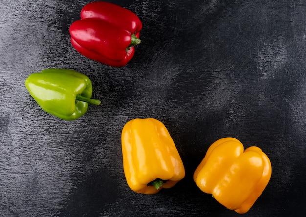 Peperone del peperone dolce di vista superiore con lo spazio della copia a destra sull'orizzontale di pietra nero