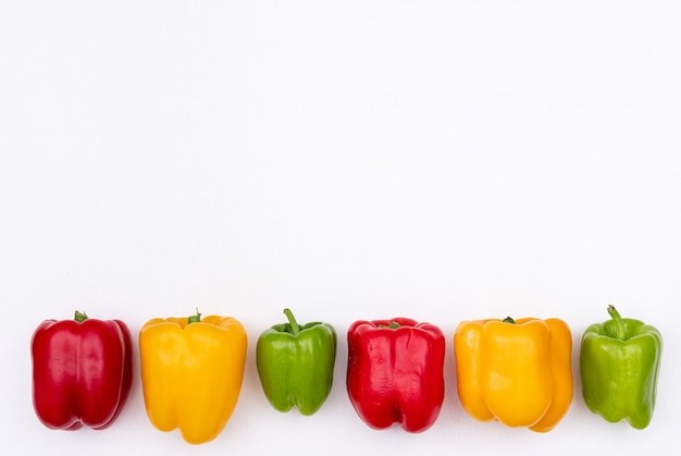 Peperone del peperone dolce di vista superiore con lo spazio della copia sull'orizzontale bianco