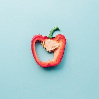 Peperone dolce colorato su sfondo blu