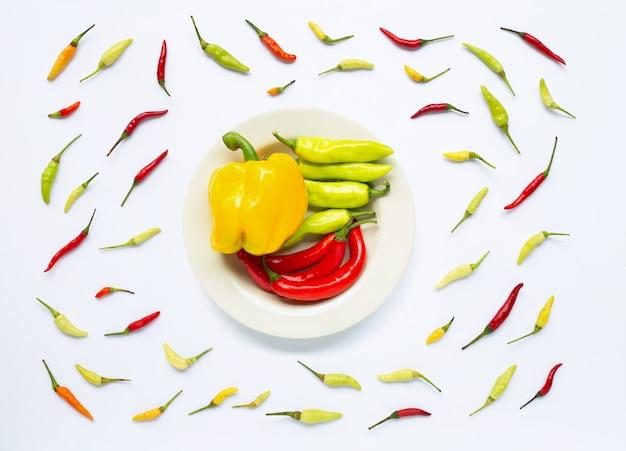 Peperone dolce e peperoncini isolati su bianco