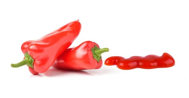 Peperone dolce e salsa isolati