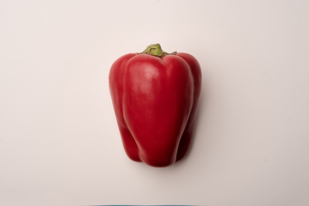 Peperone dolce rosso isolato sopra bianco