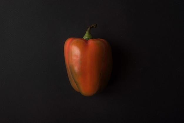 Peperone dolce rosso su nero