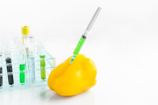 Peperone geneticamente modificato con siringa