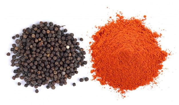 Peperone secco in polvere e granello di pepe isolati