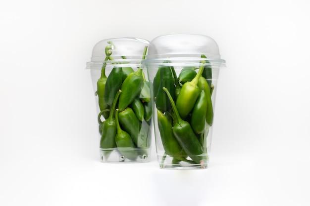 Peperone verde del primo piano su spazio bianco