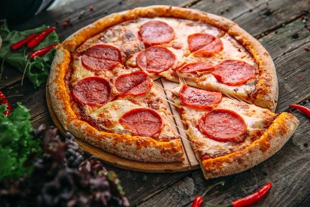 Peperoni appetitosi italiani della pizza con salam