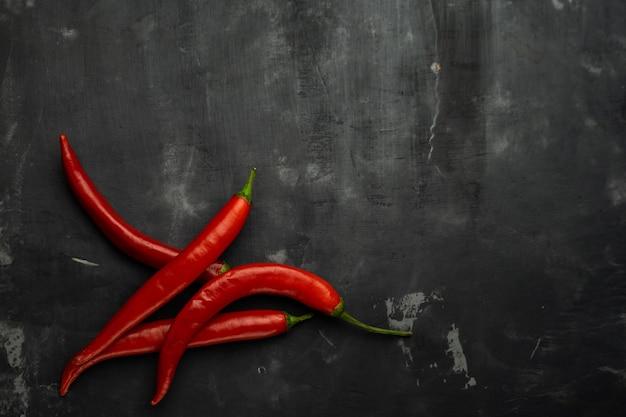 Peperoni, cayenne rosso che brucia davanti a sfondo cile