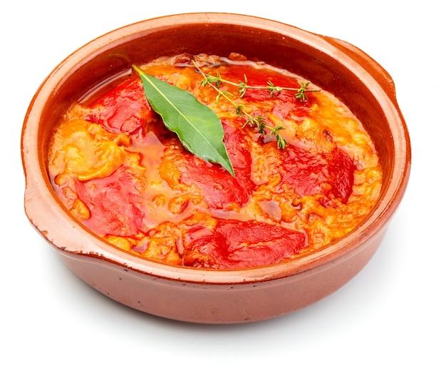 Peperoni (del piquillo) ripieni di carne o pesce. peperoni arrostiti e ripieni fatti in casa. isolato