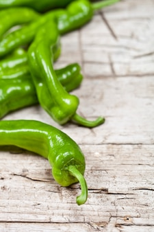 Peperoni freschi verdi crudi