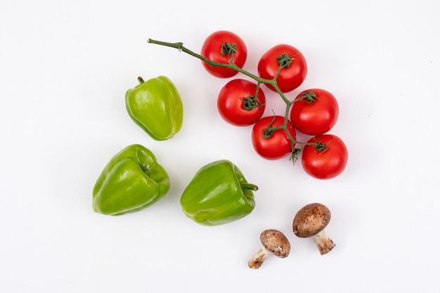 Peperoni, pomodori e funghi verdi