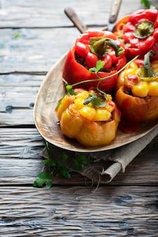 Peperoni ripieni colorati con carne e verdure, fuoco selettivo