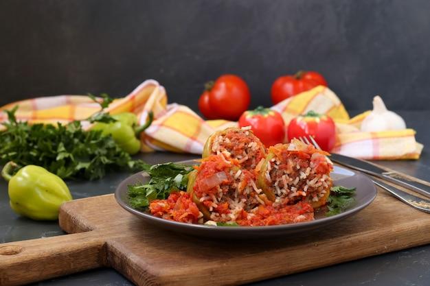 Peperoni ripieni con carne, riso e salsa di pomodoro