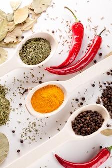 Peperoni rossi e altri tipi di spezie in cucchiai