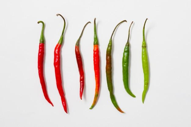 Peperoni rossi e verdi disposti verticalmente