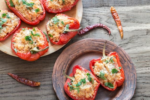 Peperoni rossi ripieni con riso bianco e formaggio