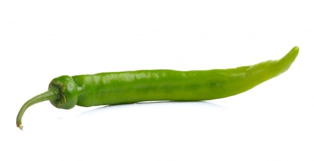 Peperoni verdi isolati su bianco