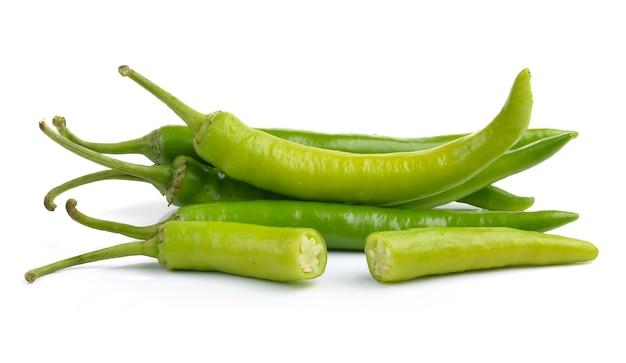 Peperoni verdi isolati su superficie bianca