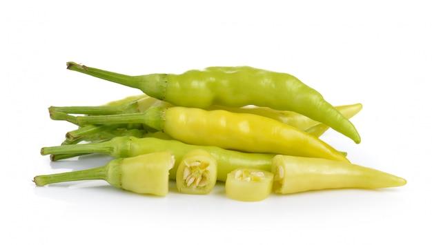 Peperoni verdi sulla tavola bianca