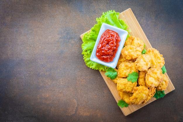 Pepita di chiamata della carne di pollo fritta nel grasso bollente