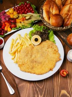 Pepita di pollo arrosto, petto con patatine fritte. servito con insalata di verdure e varietà di turshu