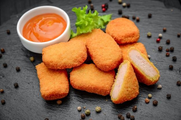Pepite di pollo fast food con ketchup