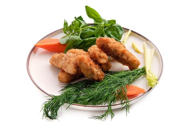 Pepite di pollo nell'impanare isolate su bianco
