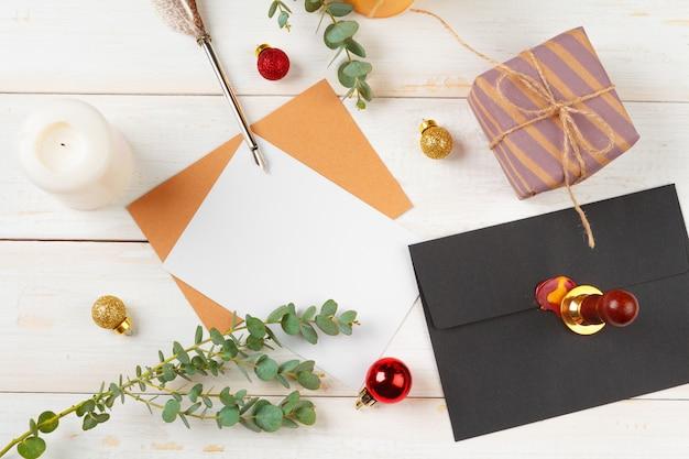 Per fare la lista per il nuovo anno, concetto di natale scrivendo su fondo di legno