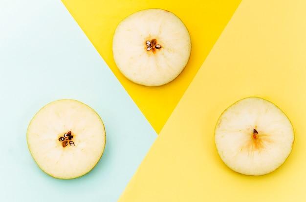 Pera affettata su sfondo colorato