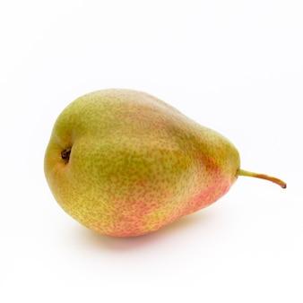 Pera bio fresca su uno sfondo luminoso