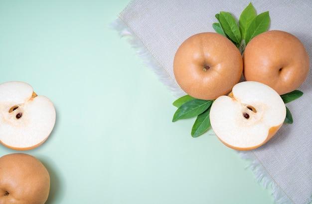 Pera delle nevi o pera coreana su sfondo verde, frutti di pera nashi deliziosi e dolci.