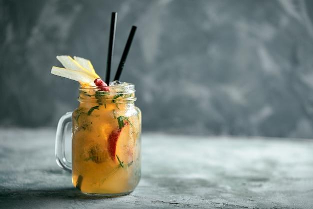 Pera di limonata estiva con pepe. bevanda estiva rinfrescante con ghiaccio.