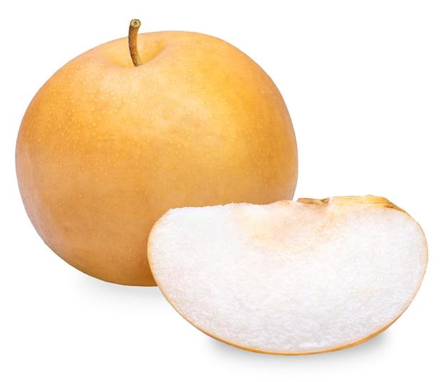 Pera di neve o pera fengsui su sfondo bianco, frutta fresca di pera corea con fette isolato su sfondo bianco.
