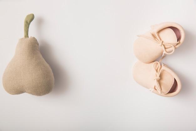 Pera farcita e paio di scarpe isolate su sfondo bianco