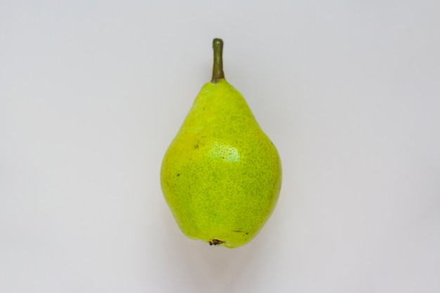 Pera verde su sfondo bianco