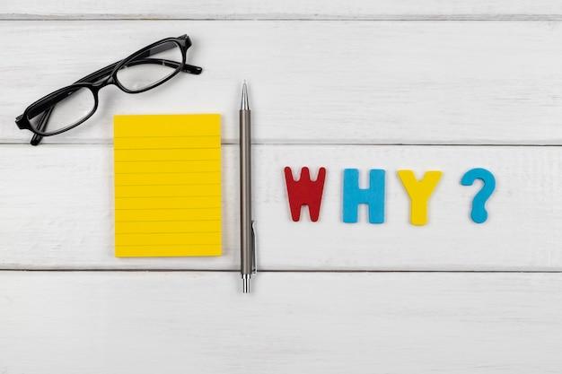 Perché formulazione sul tavolo di legno bianco