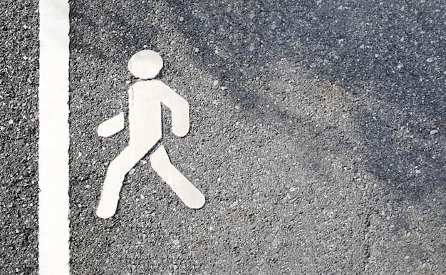 Percorso a piedi sulla strada. esercizio e concetto di allenamento. attività all'aperto nel tema del parco.