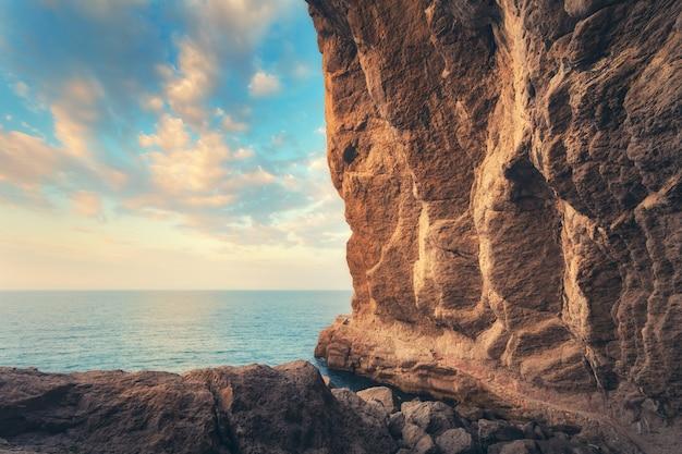 Percorso che conduce attraverso la grotta al tramonto