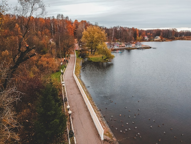 Percorso di camminata lungo il lago, foresta variopinta di vista aerea di autunno. san pietroburgo, russia.