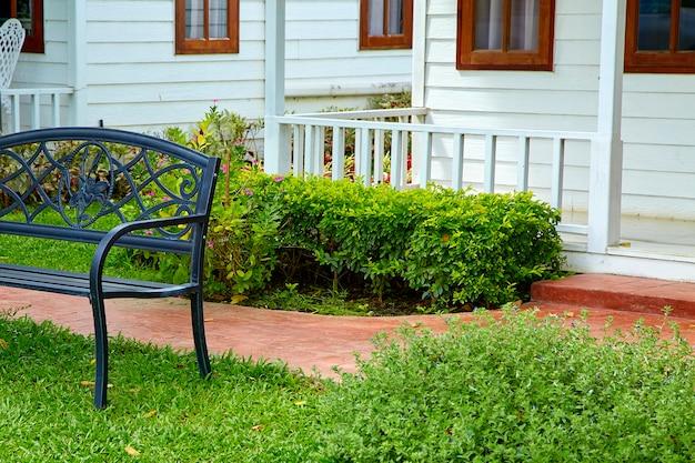 Percorso in pietra da giardino con sedia