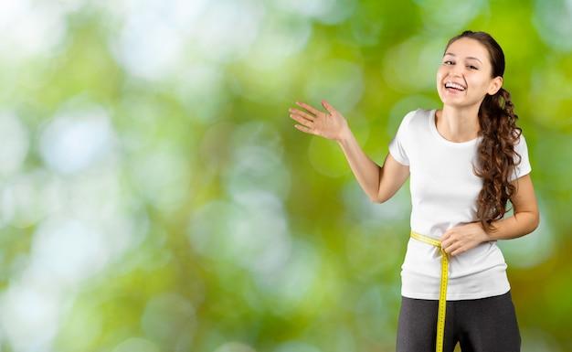Perdita di peso. uno stile di vita sano. femmina in buona salute sportiva.
