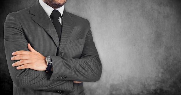 Perdita di uomo d'affari con le braccia conserte