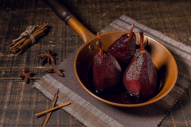 Pere caramellate del primo piano con salsa di cioccolato