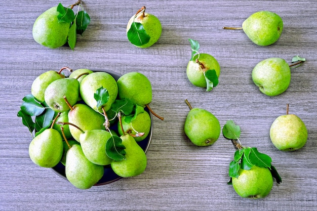 Pere verdi fresche in una ciotola. la raccolta delle pere.