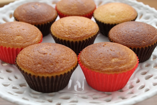 Perfetti cupcakes alla vaniglia su un bel piatto bianco, pronto per essere decorato