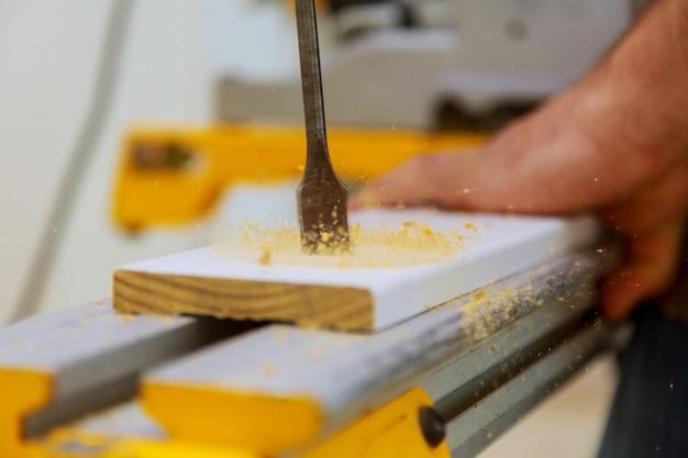 Perforando la plancia di legno con il trapano a mano, primo piano