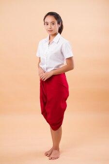 Performance art thailandese, studentessa ballerina danza nel tradizionale perizoma rosso