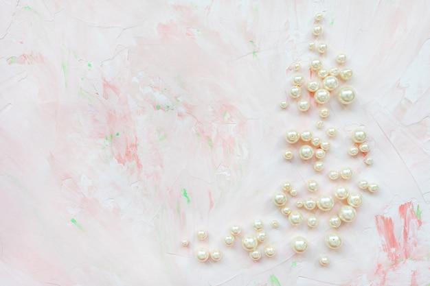 Perle bianche su marmo