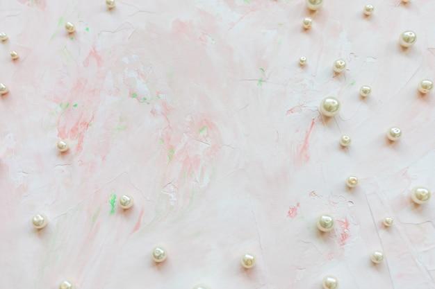 Perle bianche su rosa. sfondo astratto creativo
