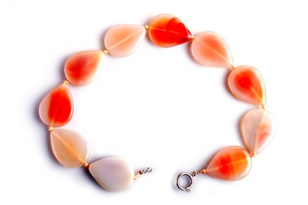 Perle colorate agata isolato su sfondo bianco